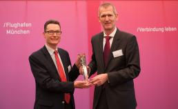 Philip Lewin (left), Etihad Airways General Manager Germany, accepts the award for Best Performing Airline 2014 at the Munich Exchange forum.